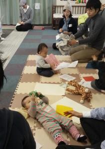 セロファンで遊ぶ赤ちゃん